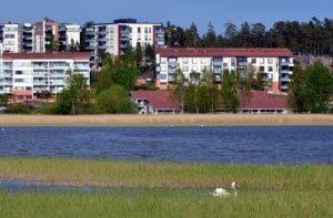 Pientalo meren rannalla Espoossa on harvinainen. Suomalainen haluaa asua keskellä kaupunkia omakotitalossa järven rannalla – espoolaisittain meren rannalla!